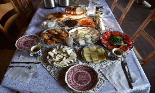 RUMUNIA / Maramuresz / Budesti / A na �niadanie s�onina  z cebul�