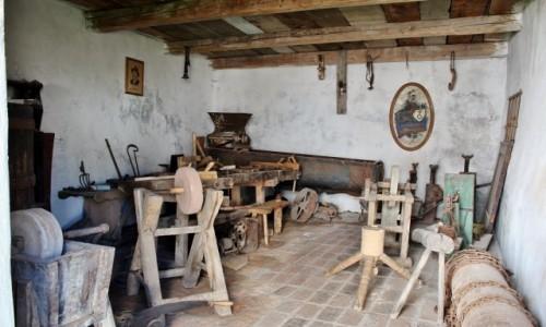 Zdjęcie RUMUNIA / Siedmiogród / Harman / Kościół warowny z XIII wieku-pomieszczenia gospodarcze