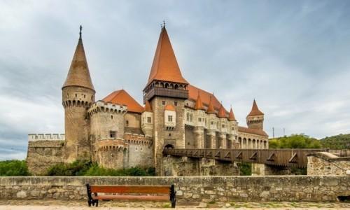 Zdjęcie RUMUNIA / Transylwania / Hunedoara. / Ławeczka z widokiem