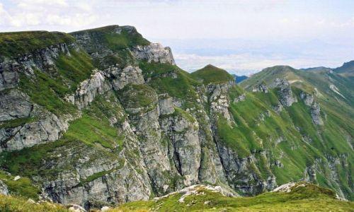 Zdjecie RUMUNIA / góry Bucegi / okolice M. Caraiman widok w stronę doliny rzeki Prahova / wapień i trawki