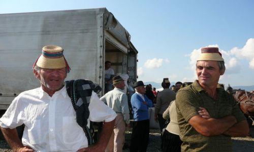 Zdjęcie RUMUNIA / Maramuresz / targ / Panowie w kapeluszach