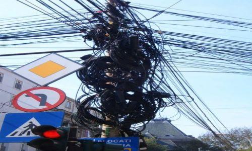Zdjecie RUMUNIA / brak / Bukareszt / To normalka w Bukareszcie ;-) Splot kabli na prawie każdym słupie.