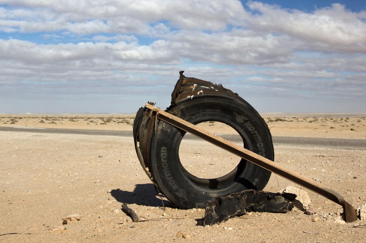 Zdjęcia: gdzieś po drodze, Ad-Dachla-Wadi az-Zahab, Polski akcent w bezkresnych piaskach Sahary, SAHARA ZACHODNIA