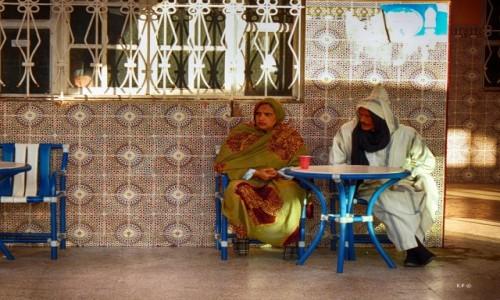 SAHARA ZACHODNIA / Dakla / stolik / Rozmowa przy kubku kawy.
