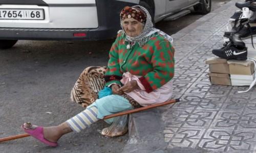 SAHARA ZACHODNIA / Al-Ujun-Budżdur-Sakija al-Hamra. / Al-Marsa / Przy sklepie obuwniczym