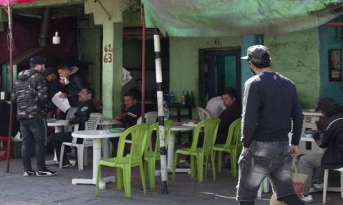 Zdjecie SAHARA ZACHODNIA / Al-Ujun-Budżdur-Sakija al-Hamra. / Al-Marsa / ...a kobiety siedzą w kolejce