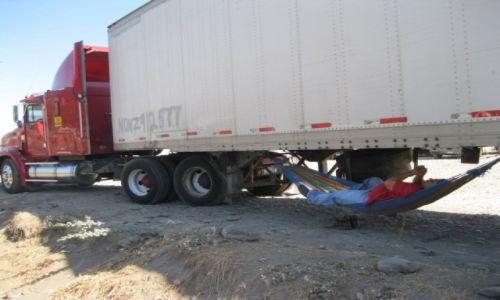 Zdjęcie SALWADOR / - / Salwador / Odpoczynek pod ciężarówką tira