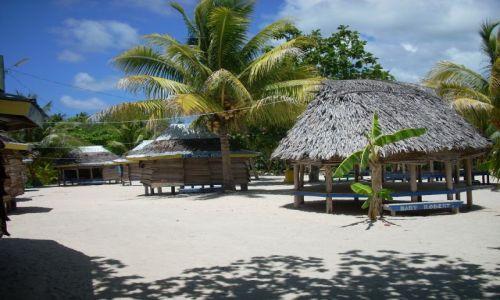 Zdjecie SAMOA ZACHODNIE / Wyspa Savaii / Tanu beach / Fale tardycyjne domy do spania c.d