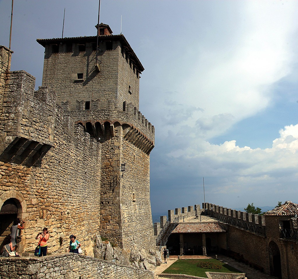 Zdjęcia: Zamek La Rocca o Guaita, Mount Titano, Na dziedzińcu, SAN MARINO