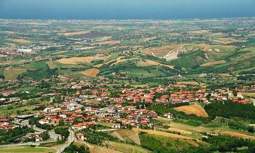 SAN MARINO / - / San Marino / Widok z góry a w oddali  morze