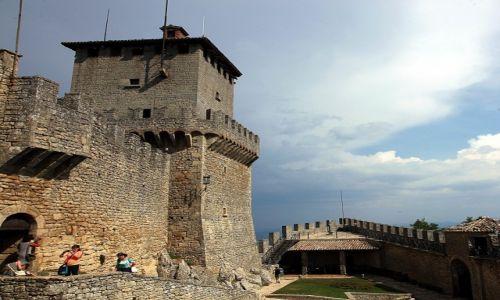 Zdjęcie SAN MARINO / Mount Titano / Zamek La Rocca o Guaita / Na dziedzińcu