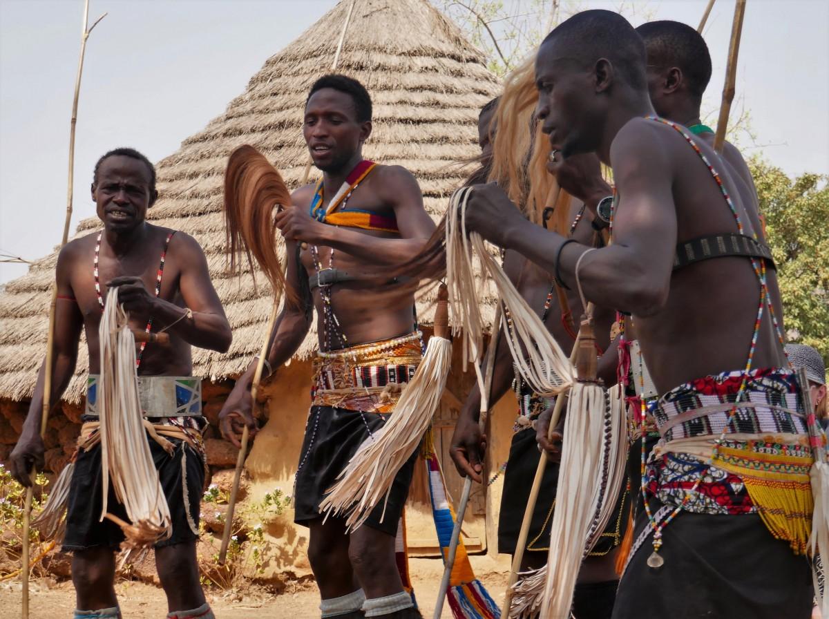 Zdjęcia: Wioska Bassari, Południowy wschód Senegalu, Wojownicy Bassari w plemiennym tańcu, SENEGAL