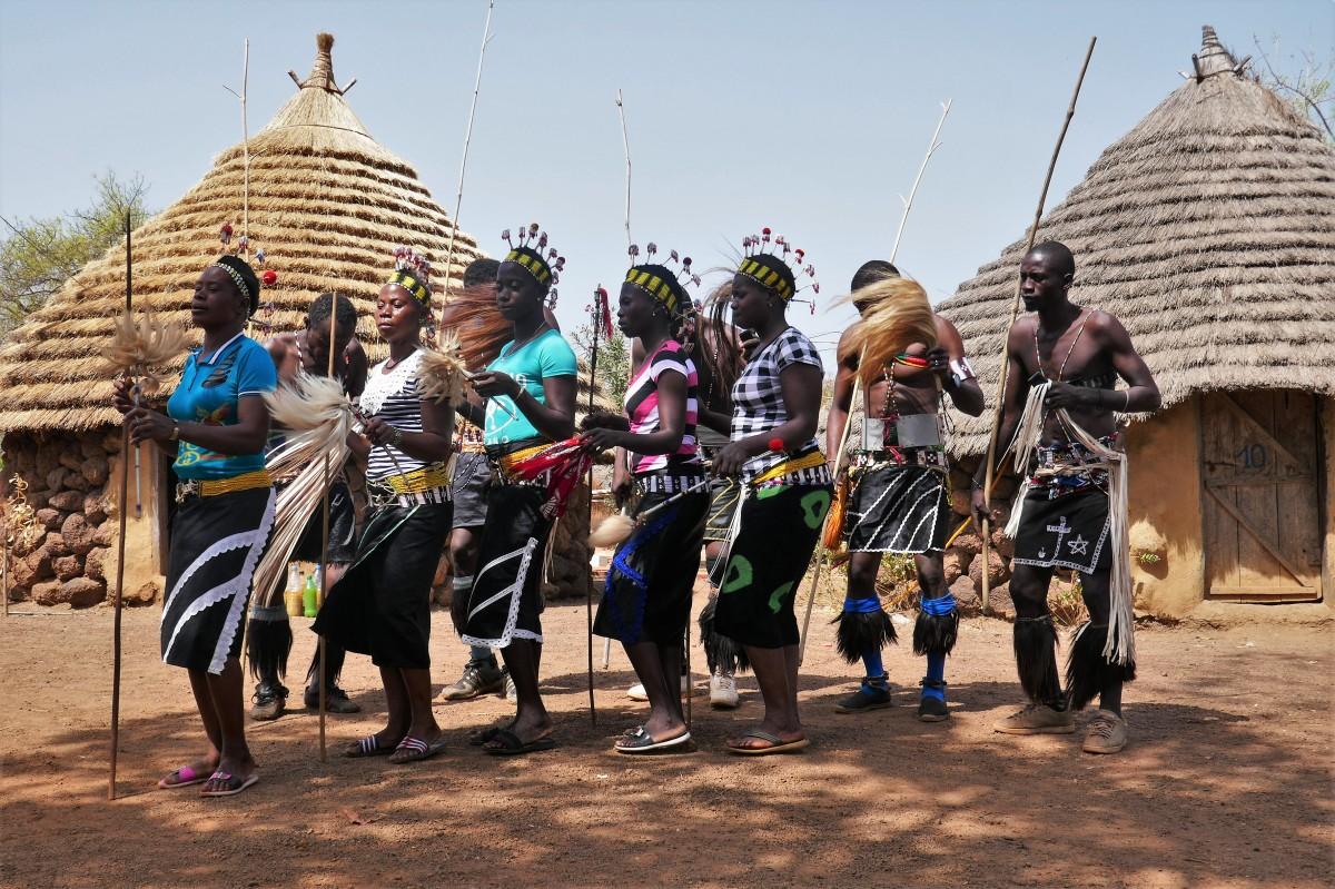 Zdjęcia: Wioska Bassari, Południowy wschód Senegalu, Kobiety Bassari z widoczną niechęcią zademonstrowały białasom taniec plemienny, SENEGAL