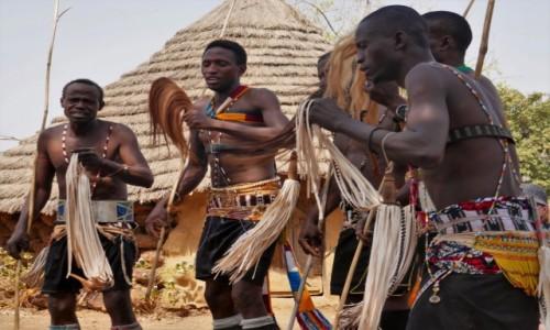 SENEGAL / Południowy wschód Senegalu / Wioska Bassari / Wojownicy Bassari w plemiennym tańcu