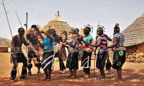 SENEGAL / Południowy wschód Senegalu / Wioska Bassari / Gucci w plemiennym tańcu