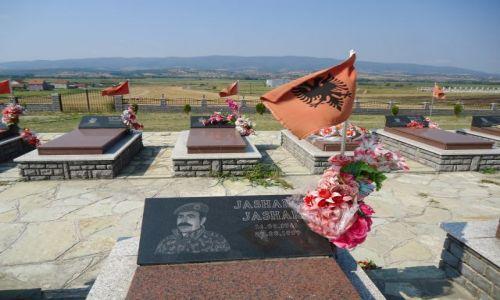 SERBIA / Kosowo / droga Kosovska Mitrovica - Pristina / Cmentarz UCK