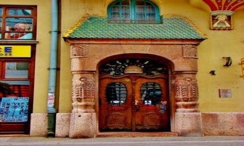 SERBIA / Vojvodina / Subotica / Subotica-drzwi wejściowe kamienicy z XIX wieku