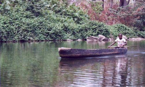 SIERRA LEONE / zachodnia Sierra Leone / Outamba-Kilimi National Park / Ktoś w łódce