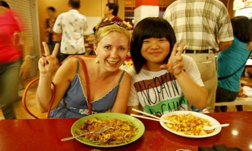 SINGAPUR / Singapur / Food Court in Chinatown / Nowa kolezanka