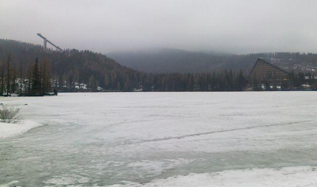 Zdjęcia: nad jeziorem, Szczyrbskie Pleso, A w górach jeszcze zima, SłOWACJA