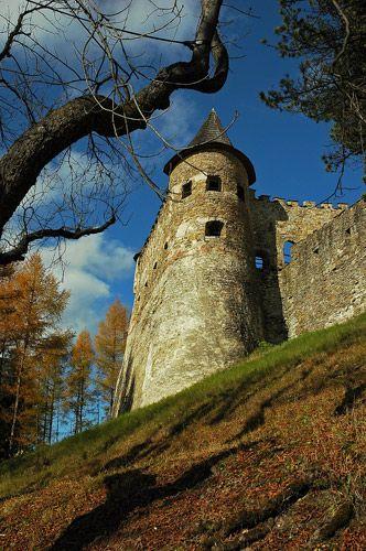 Zdjęcia: ZAMEK LUBOWELSKI -wielka twierdza renesansowa, która wznosi się nad doliną rzeki Popra, Stara Lubowla  miasto we wschodniej Słowacji, w woj. preszowskim, w regionie Spisz, ..., SłOWACJA