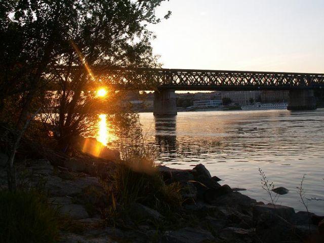 Zdjęcia: Bratysława, Słowacja Zachodnia, Zachód nad starym mostem nad Dunajem, SłOWACJA