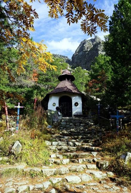 Zdjęcia: Popradské pleso, Symboliczny cmentarz ofiar gór, Wysokie Tatry, Kapliczka, SłOWACJA