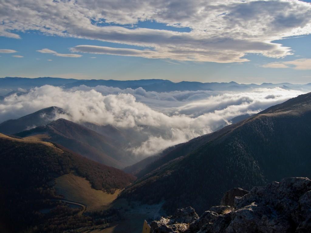 Zdjęcia: Wielki Rozsutec, Mała Fatra, Kołderka chmur troskliwie przykryła dolinę..., SłOWACJA