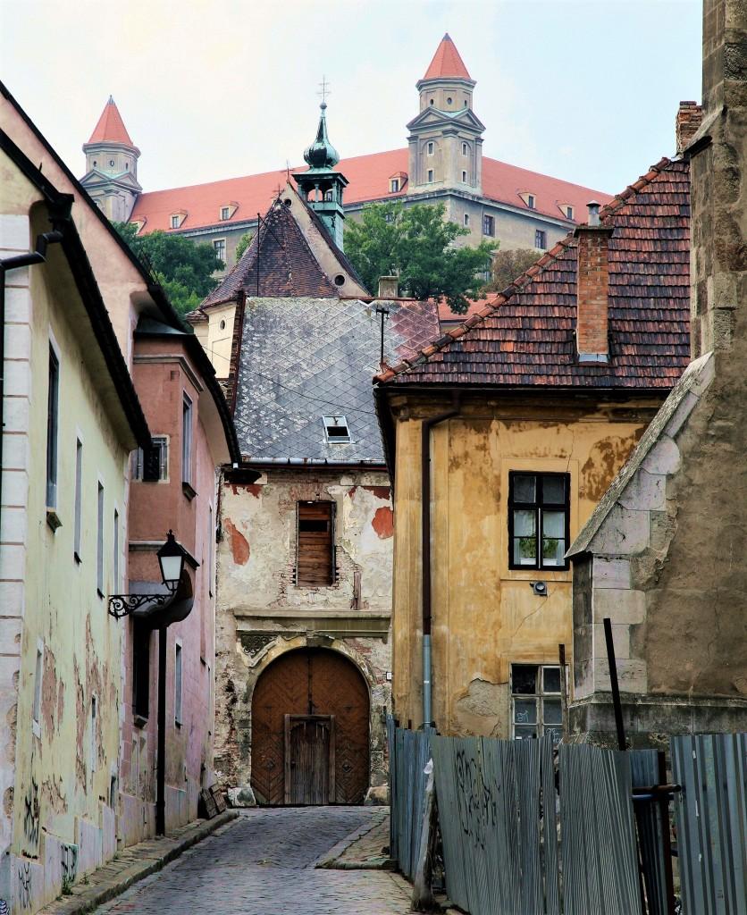 Zdjęcia: ., Bratysława, Zaułek z widokiem na zamek, SłOWACJA