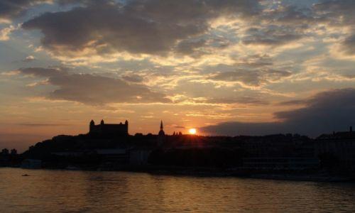 Zdjęcie SłOWACJA / Bratysława / Rzeka Dunaj / Zachód słońca nad miastem
