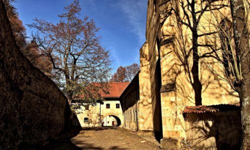 Zdjecie SłOWACJA / Powiat Kieżmark /  Sromowiec Niżny. / Kompleks klasztorny na Słowacji.