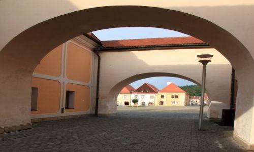 Zdjęcie SłOWACJA / Szarysz / Bardejov / Uliczka z widokiem na Rynek