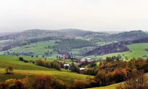 Zdjęcie SłOWACJA / Góry Czerchowskie (Cergov) / widok na wieś Kyjov / U podnóża gór