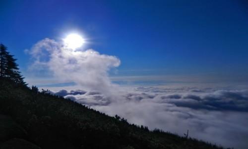 SłOWACJA / Wysokie Tatry. / Szlak na Sławkowski szczyt. / Wschód słońca na szlaku.