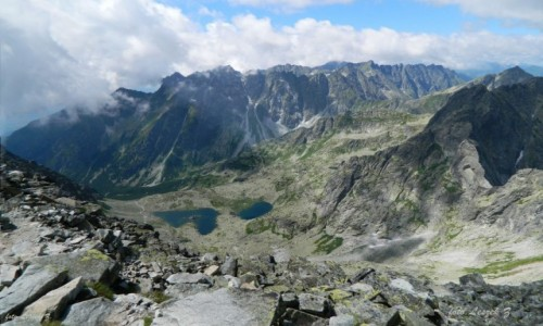Zdjęcie SłOWACJA / Wysokie Tatry. / Tuż przed szczytem. / Żabie Stawy (3) na tle Grani Baszt ze szlaku na Rysy 2503 m.