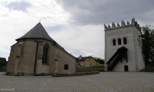 SłOWACJA / Dzielnica Spiskiej Białej. / Strażki. / Strażki - kościół św. Anny i Dzwonnica.