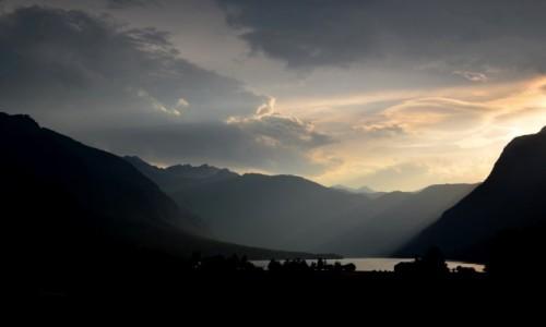 Zdjęcie SłOWENIA / Alpy Julijskie / Jezioro Bohinj / w mroku...