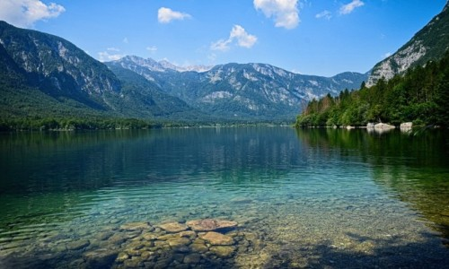 SłOWENIA / Alpy Julijskie / Jezioro Bohinj / nad brzegiem...