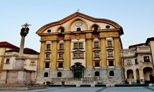 SłOWENIA / Primorje / Lublana / Kolumna i kościół św.Trójcy z XVIII wieku