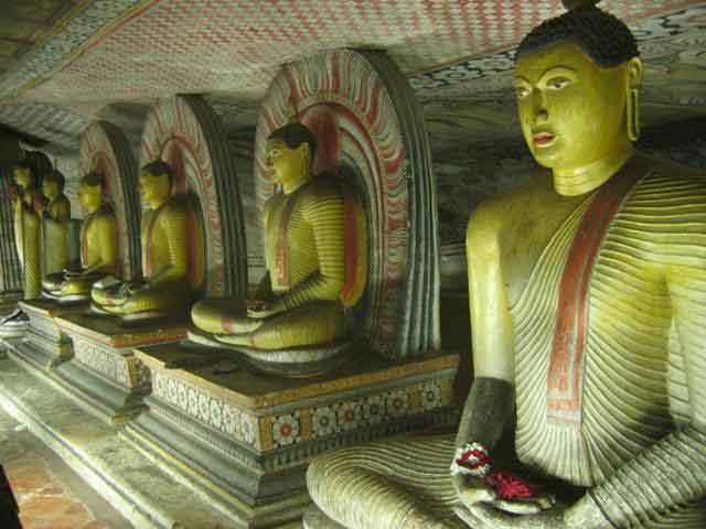Zdjęcia: Dambulla, Dambulla, Postaci_Buddy_medytującego_w_Dambulli, SRI LANKA