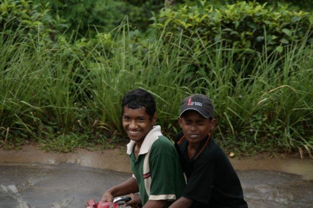 Zdjęcia: Deniyaya, Poludnie, Chlopcy na rowerze, SRI LANKA