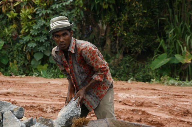 Zdjęcia: Deniyaya - plac budowy, Poludnie, Ukladacz kamieni, SRI LANKA
