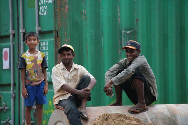 Zdjęcia: Deniyaya - plac budowy, Poludnie, Robotnicy i chlopiec, SRI LANKA