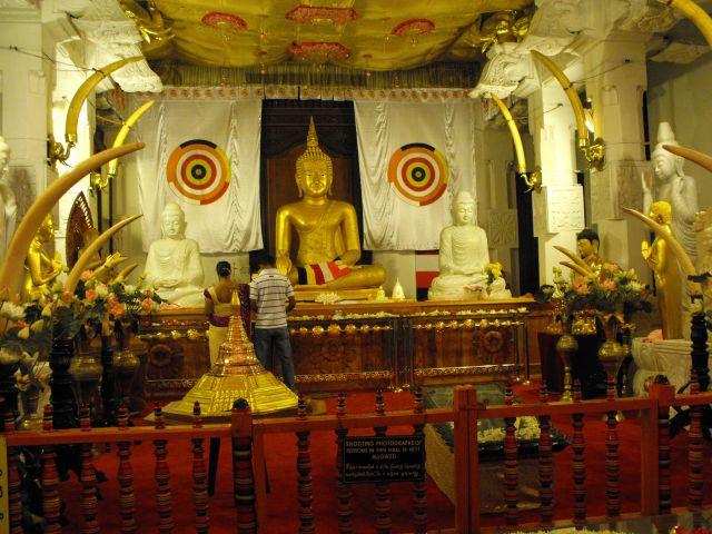 Zdjęcia: złoty Budda w świątyni w Kandy, Kandy Sri Lanka, Budda z Kandy, SRI LANKA