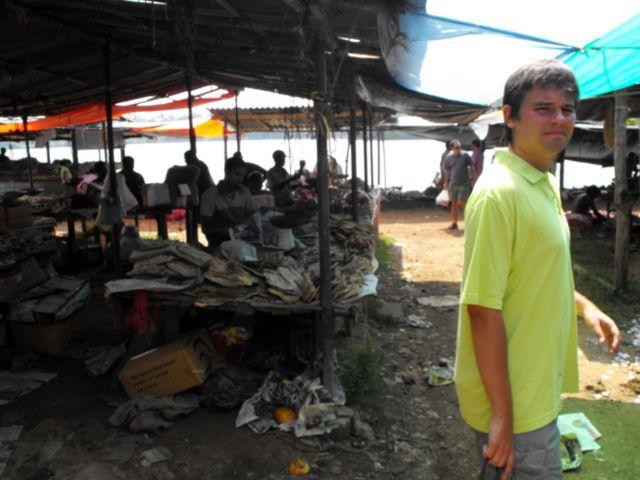Zdjęcia: Bazar, stoiska z suszonymi rybami.Mina mówi wiele o zapachu...., Alutgama, na wiejskim bazarze, SRI LANKA