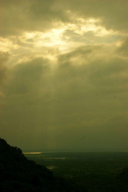 Zdjęcia: Anuradhaoura, Anuradhaoura, Przebija się słoneczko, SRI LANKA