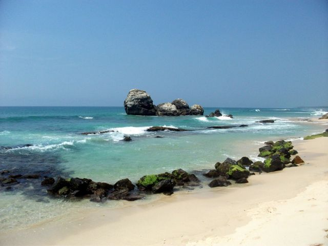 Zdjęcia: ... gdzieś pomiędzy Galle a Matarą..., ... południowa część wyspy ..., ... kamienie .... , SRI LANKA