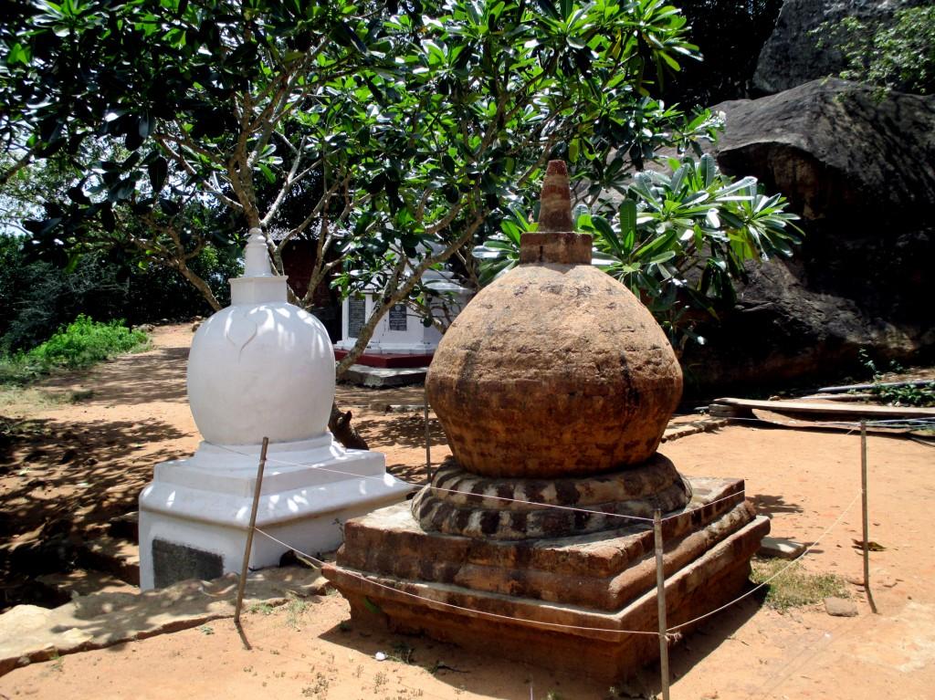 Zdjęcia: Mihintale, Sri Lanka centralna, Siostry w wierze, SRI LANKA
