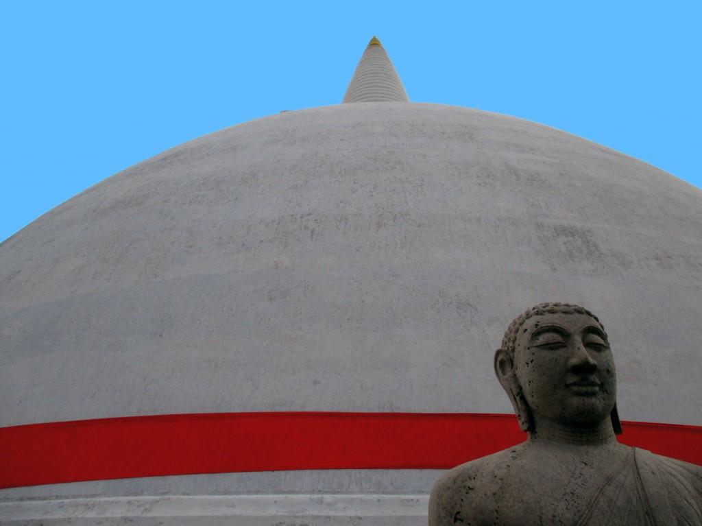 Zdjęcia: Zespół zabytków architektury buddyjskiej, Anuradhapura, Ruwaneli z Buddą, SRI LANKA