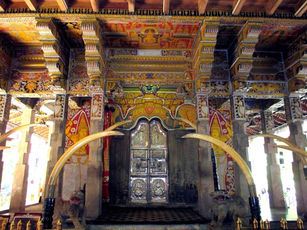 Zdjęcia: Śwątynia Zęba Buddy, Kandy, Bogactwo formy, SRI LANKA